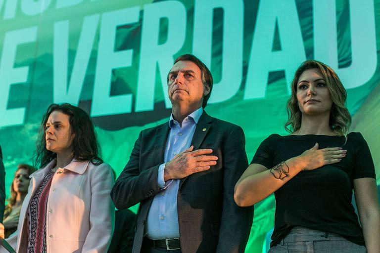 Janaína Paschoal, Jair Bolsonaro e a mulher dele, Michelle de Paula Bolsonaro, durante a convenção nacional do PSL que oficializou a candidatura do parlamentar à Presidência