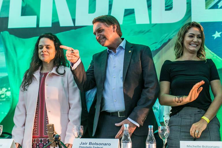 Janaina ao lado de Bolsonaro, que aponta para o público