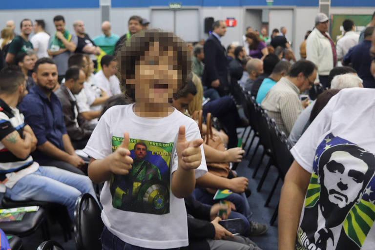 Criança veste camiseta de Bolsonaro e simula armas com as mãos