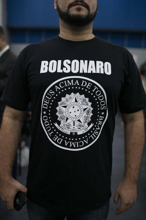 Apoiadores de Bolsonaro mostram suas camisetas de apoio ao candidato