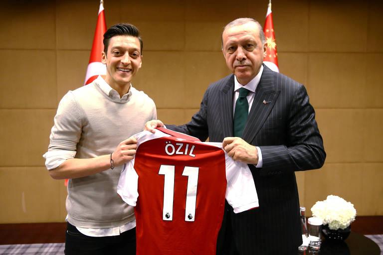 Özil e Erdogan posam com camiseta do atleta do Arsenal