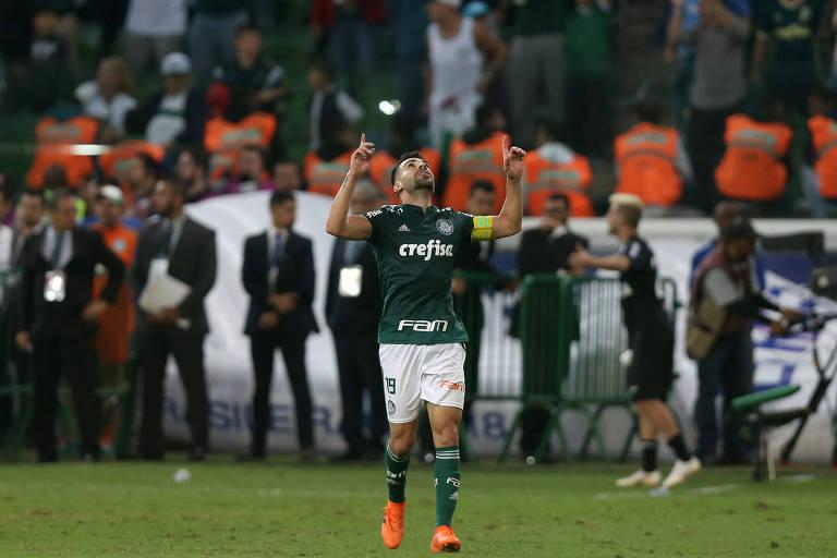 Bruno Henrique, artilheiro da tarde, comemora um dos seus gols na vitória sobre o Atlético-MG