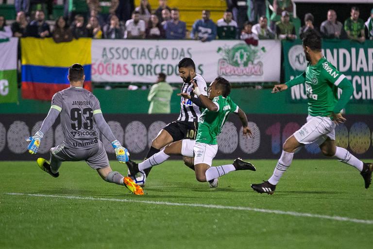 Gabriel, do Santos, disputa lance com o lateral Bruno Pacheco, da Chapecoense