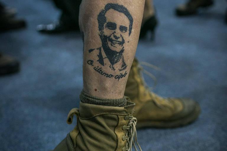 Tatuagem de Bolsonaro na perna de Ricardo Roriz, 60, na convenção deste domingo (22)