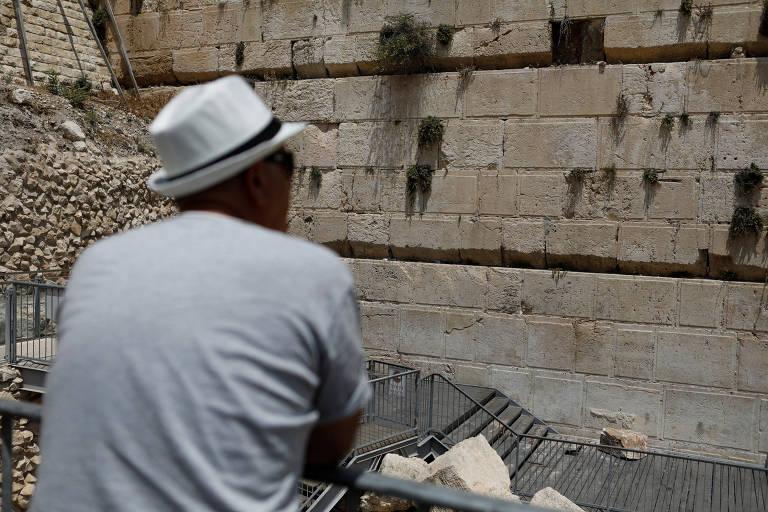 Resultado de imagem para pedra cai no muro das lamentações