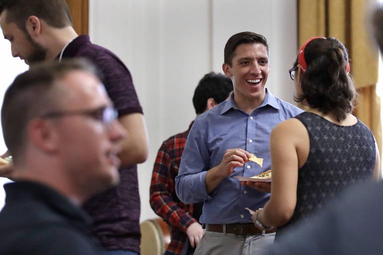 Zak Ringelstein (de azul no centro) durante encontro do Socialistas Democráticos no Maine, estado onde ele tenta ser candidato ao Senado