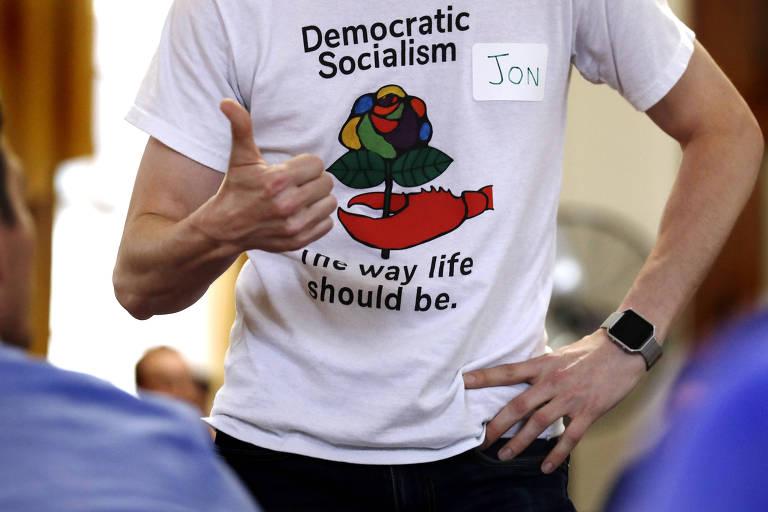 O ativista Jon Torsch usa camisa dos Socialistas Democráticos da América durante encontro do grupo no Maine
