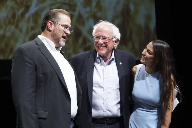 James Thompson (esq.), que disputa a indicação democrata para uma vaga de deputado pelo Maine, recebe em evento de sua campanha o senador Bernie Sanders (centro) e Alexandria Ocasio-Cortez (dir.) que será candidata por Nova York