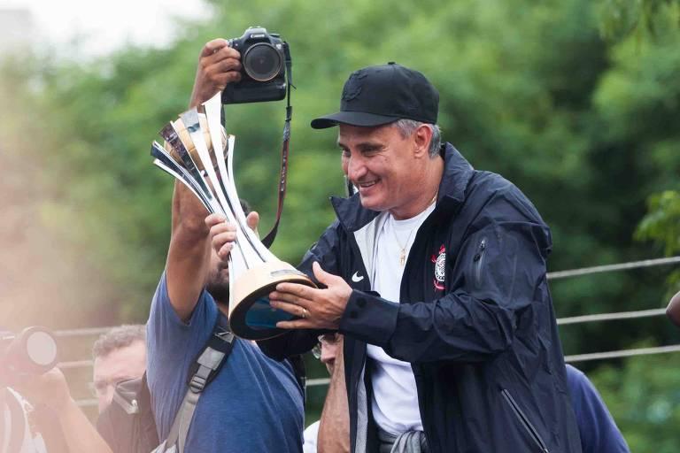 O técnico Tite segura a taça do Mundial de Clubes de 2012 conquistada por ele à frente do Corinthians, no Japão
