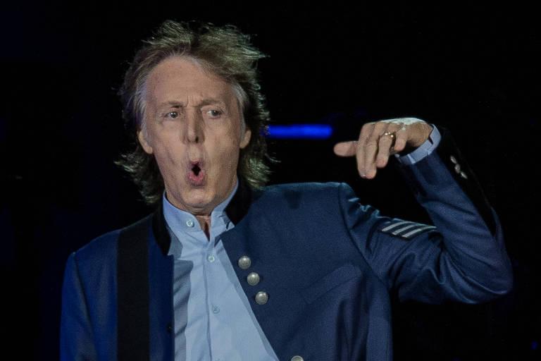 Paul McCartney volta a andar pela famosa faixa de pedestres de Abbey Road, em Londres