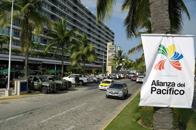 Soldados patrulham rua de Puerto Vallarta, no México, que recebe cúpula do Mercosul e da Aliança do Pacífico