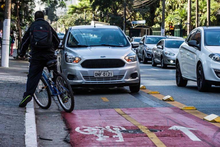 Veículo parado irregularmente na rua Alexandre Dumas, na Chácara Santo Antônio, em SP