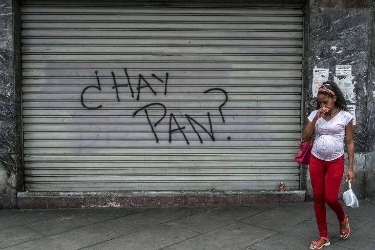 """Pichação em loja de Caracas questiona """"se há pão""""; Venezuela sofre com desabastecimento e inflação alta"""