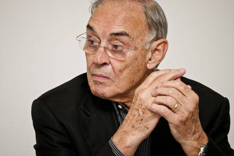 Senador Arolde de Oliveira, 83, é o primeiro congressista a morrer com Covid-19