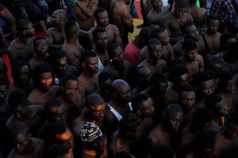 Migrantes que foram resgatados na região do estreito de Gibraltar