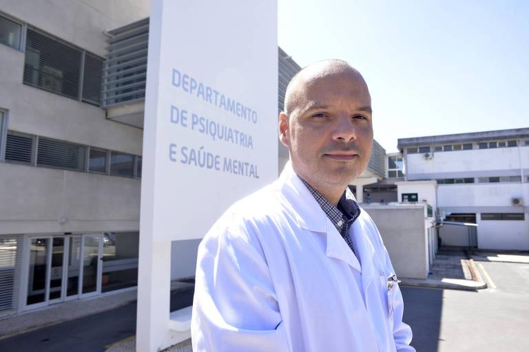 Médico em frente a departamento de psiquiatria