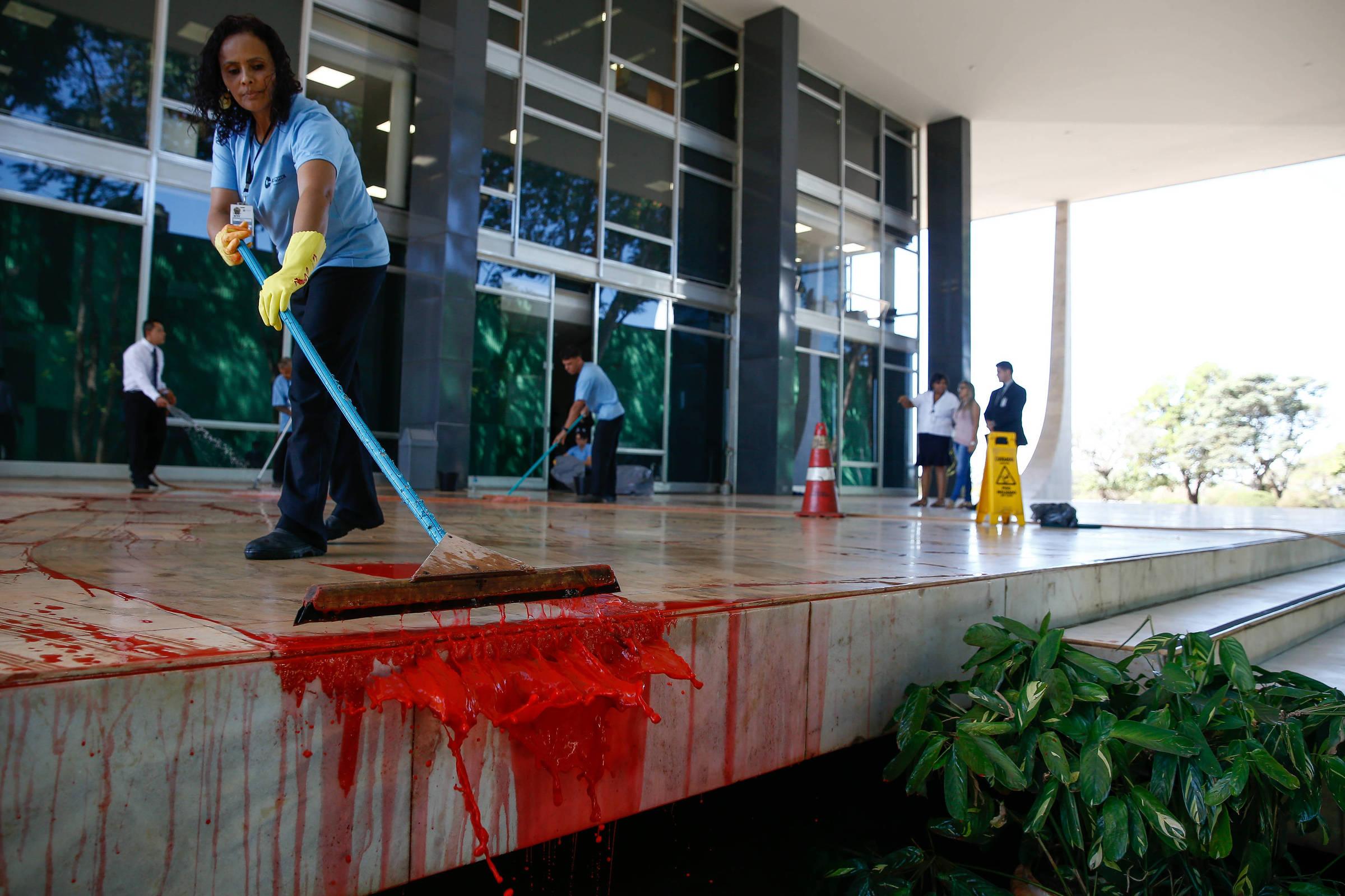 Resultado de imagem para Com gritos de 'Lula livre', grupo joga tinta vermelha na entrada do STF