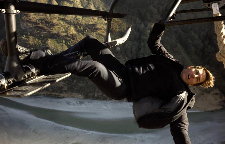 Ethan Hunt (Tom Cruise) e sua equipe do IMF estão em uma corrida contra o tempo depois que uma missão dá errado