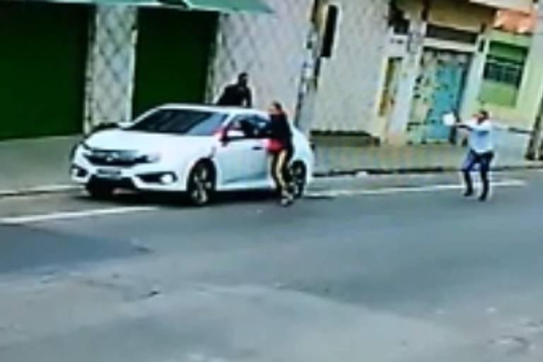PM de folga atira em assaltante que roubava seu carro em SP