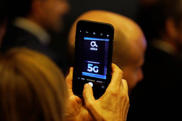 Mulher fotografa apresentação da primeira demonstração da tecnologia 5G em Lisboa, Portugal