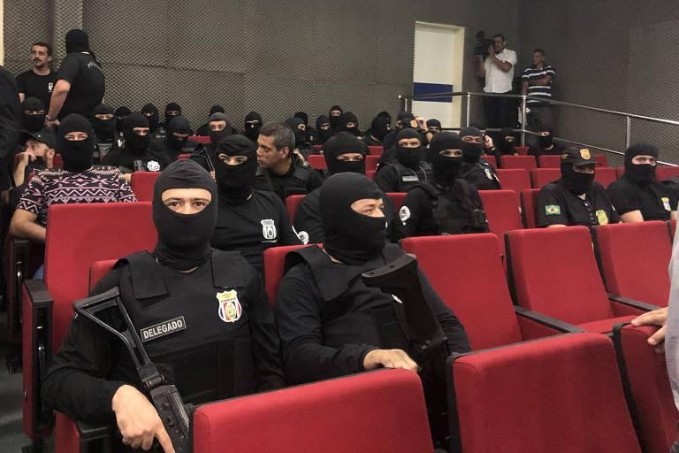 Policiais civis convocados por força-tarefa contra onda de violência em Manaus participam de entrevista coletiva na Delegacia Geral do órgão.