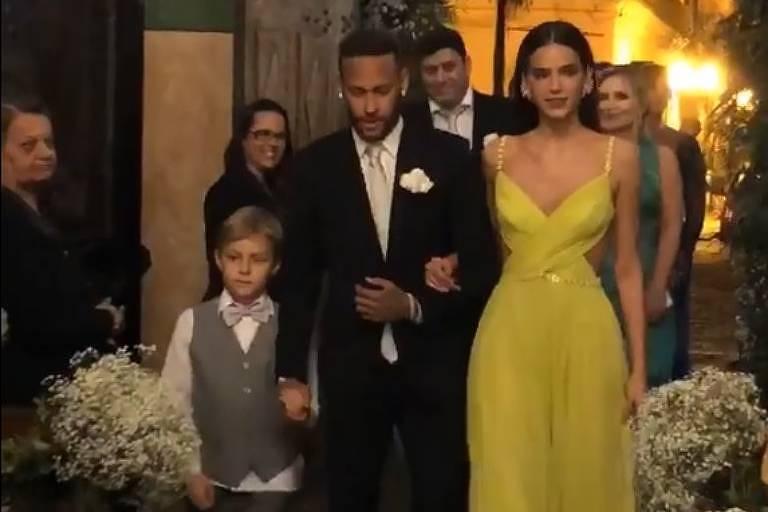 Neymar, David Lucca e Bruna Marquezine entrando no Santuário Santo Antônio do Valongo como padrinhos de Leo, ex-jogador do santos