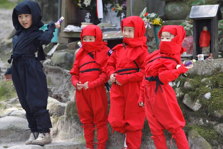 Crianças vestidas de ninjas durante festival sobre o assunto na cidade de Iga, no Japão