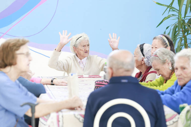 Mulheres em entidade que oferece serviço de 'creche' para idosos em São Paulo