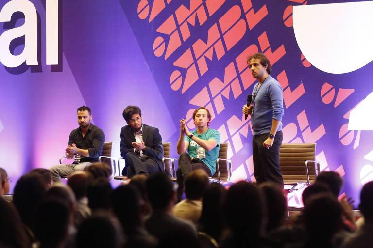 Renan Santos no palco durante palestra
