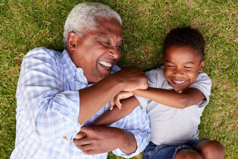 avó brinca com neto na grama