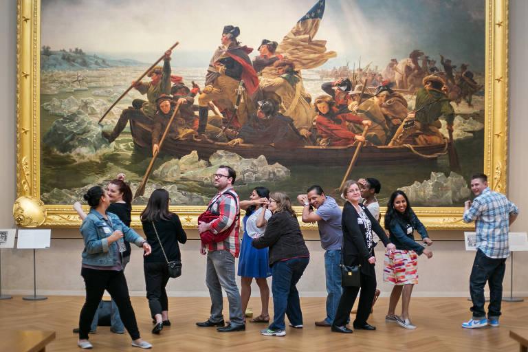 Visitantes tentam imitar personagens de quadro no Metropolitan, em Nova York