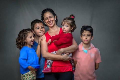 COTIA, SP, BRASIL, 18-07-2018: Izabelle Arruda (41), que cursa  pedagogia em um curso a distância, estuda em sua casa, ao mesmo tempo que cuida dos filhos Gabriel (10), Arthur (9), Marina (3) e Iarah (1). (Foto: Bruno Santos/ Folhapress) *** FSP-ESPECIAIS *** EXCLUSIVO FOLHA*** ORG XMIT: AGEN1807181810344068