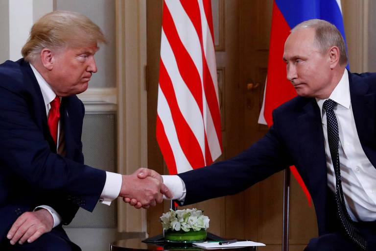 O presidente dos EUA, Donald Trump (à esquerda), cumprimenta o colega russo, Vladimir Putin, durante encontro em Helsinque, na Finlândia