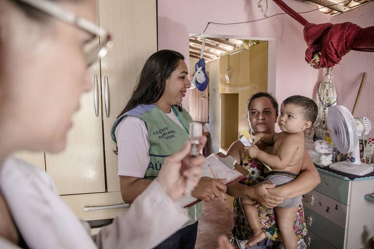 Visita domiciliar para vacinação de sarampo no Ceará; área de atenção básica teve corte de 22% nos investimentos