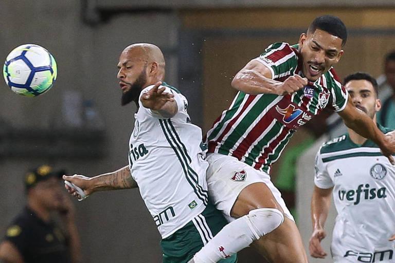 O palmeirense Felipe Melo (à esq.) disputa a bola com Gilberto, do Fluminense