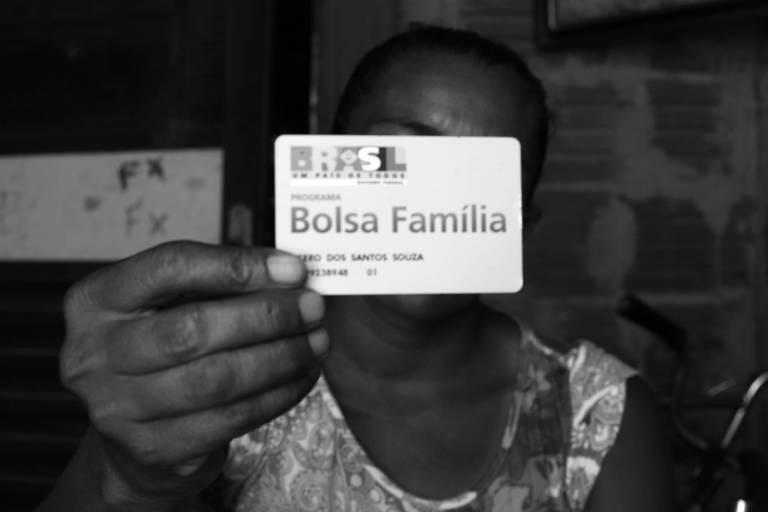 Beneficiária do Bolsa Família com cartão do programa