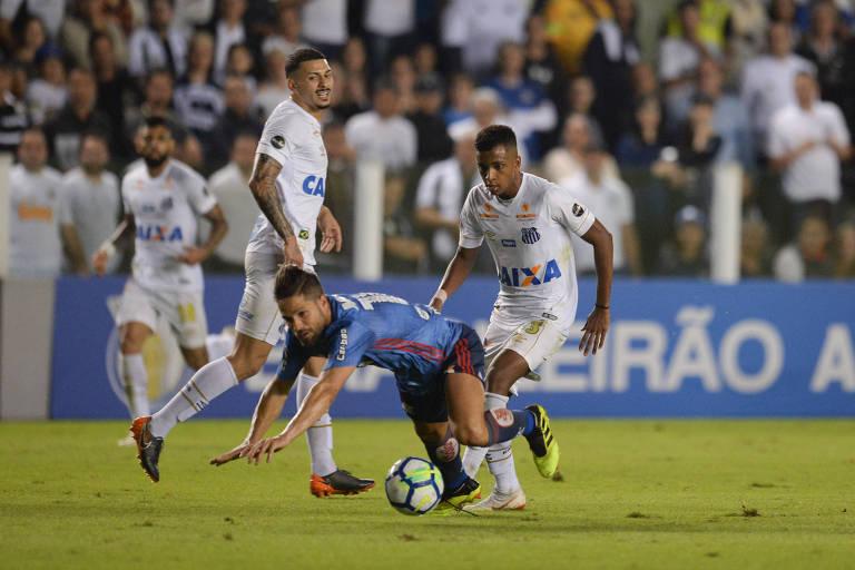 Rodrygo (à dir.), do Santos, disputa bola com Diego durante partida contra o Flamengo na Vila Belmiro