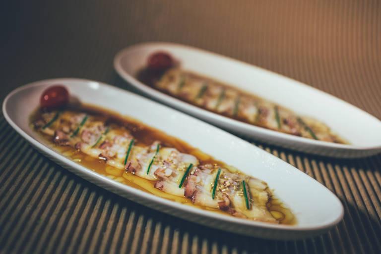 Sashimi de polvo selado com azeite quente e temperado com molho cítrico
