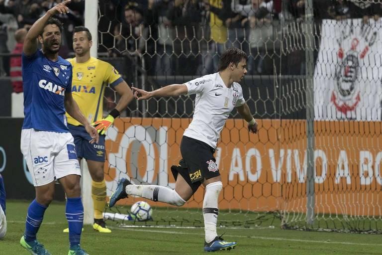 Romero comemora um de seus dois gols na vitória do Corinthians por 2 a 0  sobre 5959624468328