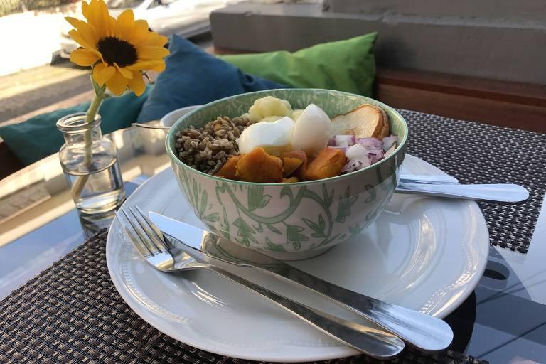 Buddha bowl, tigelas recheadas de alimentos ricos em nutrientes, vegetais, grãos, frutas e proteína, do Ai + Natural