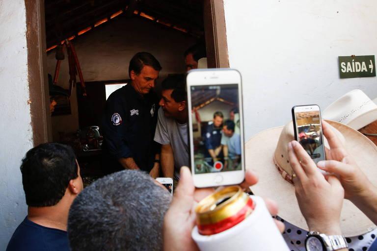 O deputado Jair Bolsonaro (PSL), visita a queima do alho na Festa de Peão de Boiadeiro de Barretos, no interior de São Paul, e é fotografado por populares