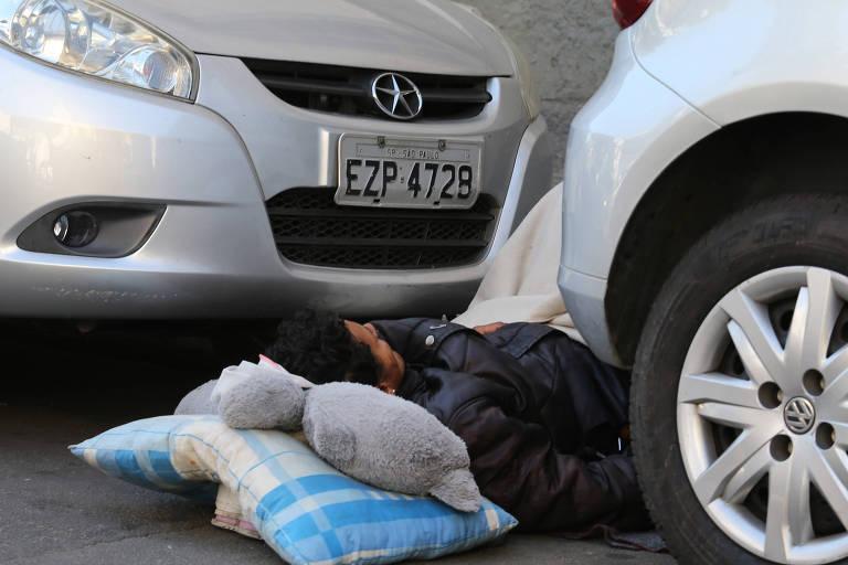 Usuário de crack dorme entre carros na alameda Barão de Piracicaba
