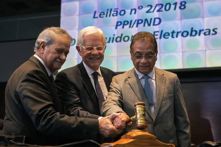 O ministro de Minas e Energia, Moreira Franco, ao centro, com Augusto Miranda, presidente da empresa e o ministro Ronaldo Fonseca, da Secretaria-Geral da Presidência