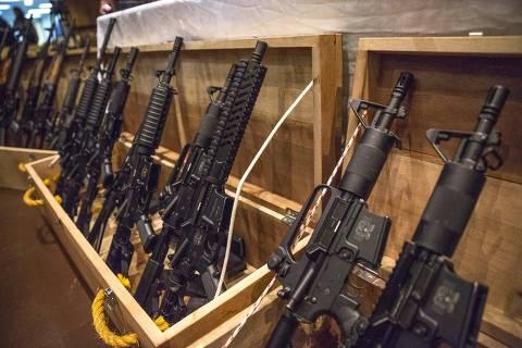 SÃO PAULO, SP, 22.05.2017: ARMAS-ENTREGA - Armas expostas na cerimônia de entrega de 37 fuzis para as polícias Civil e Militar em São Paulo. As armas são frutos de apreensões e estavam vinculadas a processos, sob custódia do Tribunal de Justiça de São Paulo (TJ-SP). A medida segue o decreto nº 8.938, de 12/12/2016, que regulamenta a lei nº 10.826, de 20/12/2016, sobre entrega de armas apreendidas. (Foto: Suamy Beydoun/Agif/Folhapress)