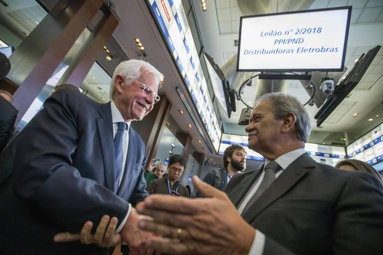 O ministro de Minas e Energia, Moreira Franco, cumprimenta o presidente da Equatorial Energia, Augusto Miranda
