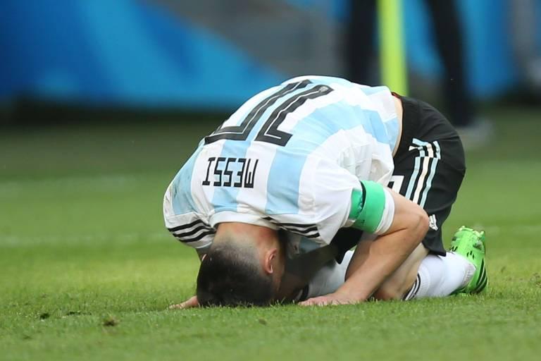 Ajoelhado e com a cabeça no gramado, Lionel Messi lamenta chance perdida pela Argentina nas oitavas de final da Copa da Rússia, contra a França