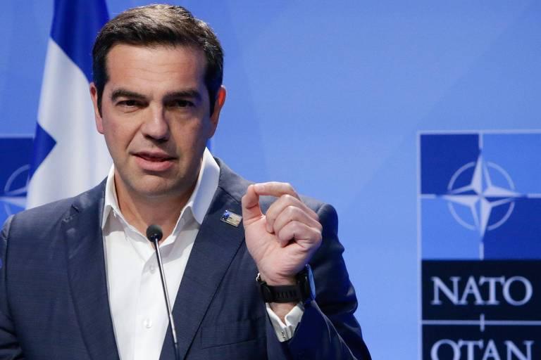 O primeiro-ministro grego, Alexis Tsipras, fala à imprensa durante encontro da Otan em Bruxelas