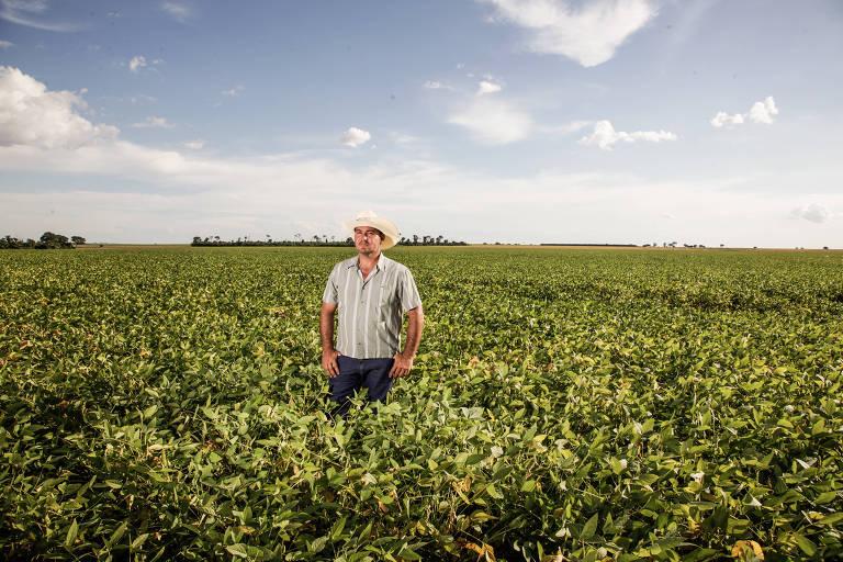 O produtor de soja e milho Wagner Ricardo Turcato na fazenda Lagoa Santa em Guaíra, no interior de SP