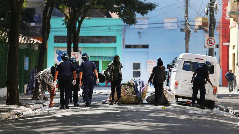 Guardas Municipais recolhem lixo em meio a viciados em drogas