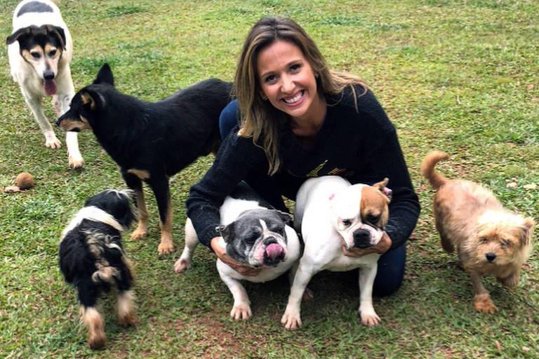 Luisa Mell com cães resgatados